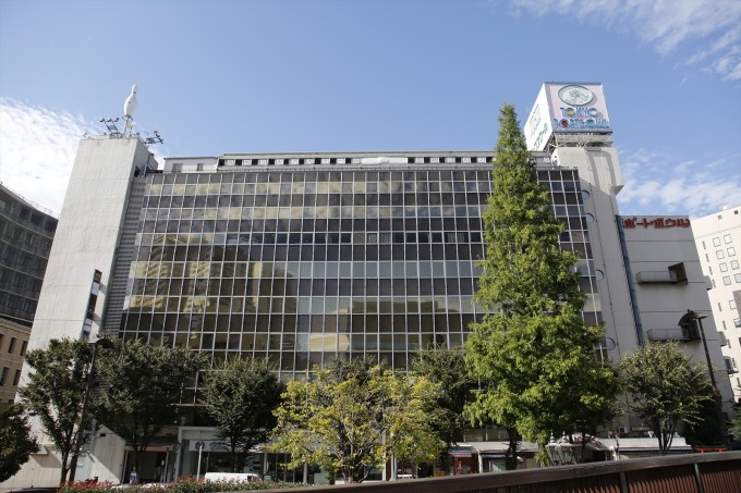 1:外観は昭和の香りが漂うビルだが、内部はリノベーション済みで最新のオフィスが並ぶ