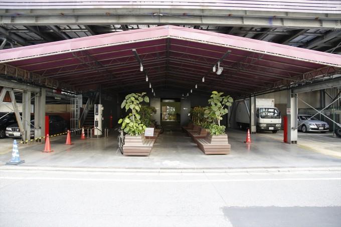 かつてはミニスカボディコンのジュリアナギャルが入場を待っていた1階のエントランス。現在はオフィスの入り口だ