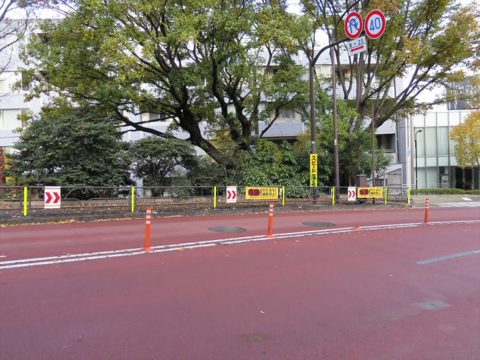 事故への警告をする看板や反射テープが多数見られる魔の道