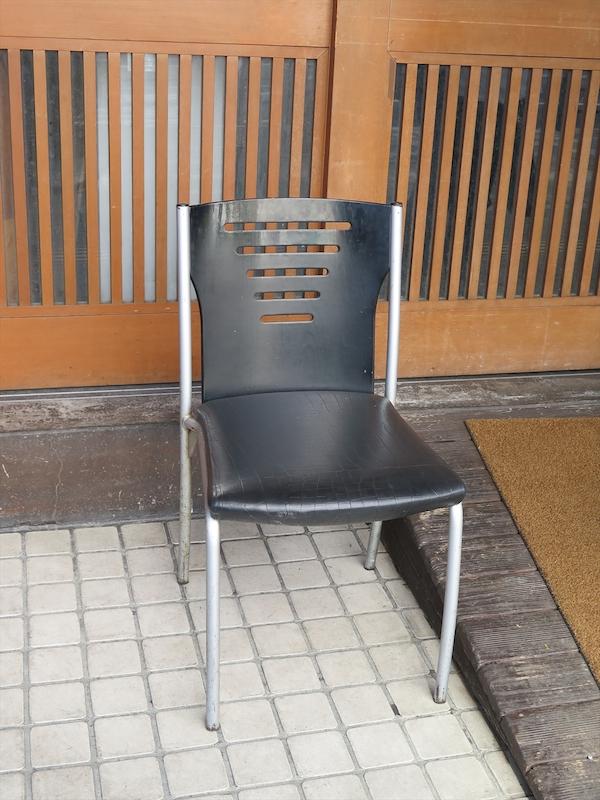 移転直後からずっと山岸さんが店の前で座り、客対応をしていたイスが今でも置かれている